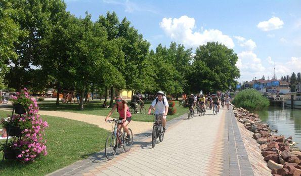 <span class='bovebben'>bővebben</span><span class='title'>Tekerjen a Balatonnál</span><span class='text'>Akár kirándulni, akár strandolni szeretnénk, biciklivel minden helyszínt könnyen elérhetünk.</span>